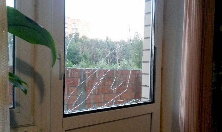 Балконная дверь с треснувшим стеклом