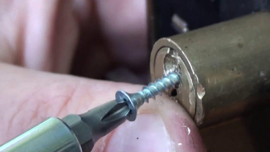 Вытаскивание ключа из замка при помощи самореза