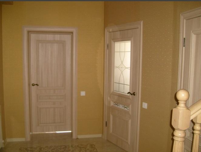 Светло-коричневые двери