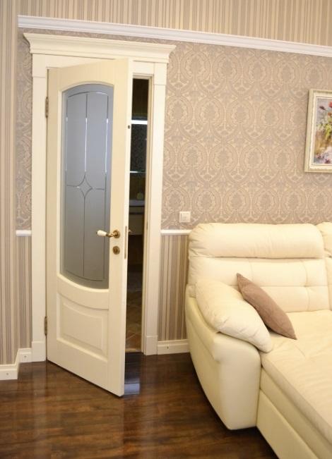 Дверь бежевого цвета