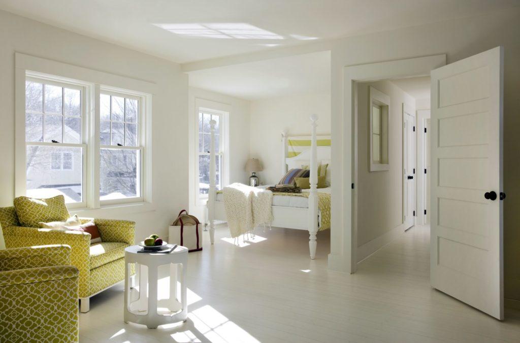 Светлая дверь и светлая мебель в комнате