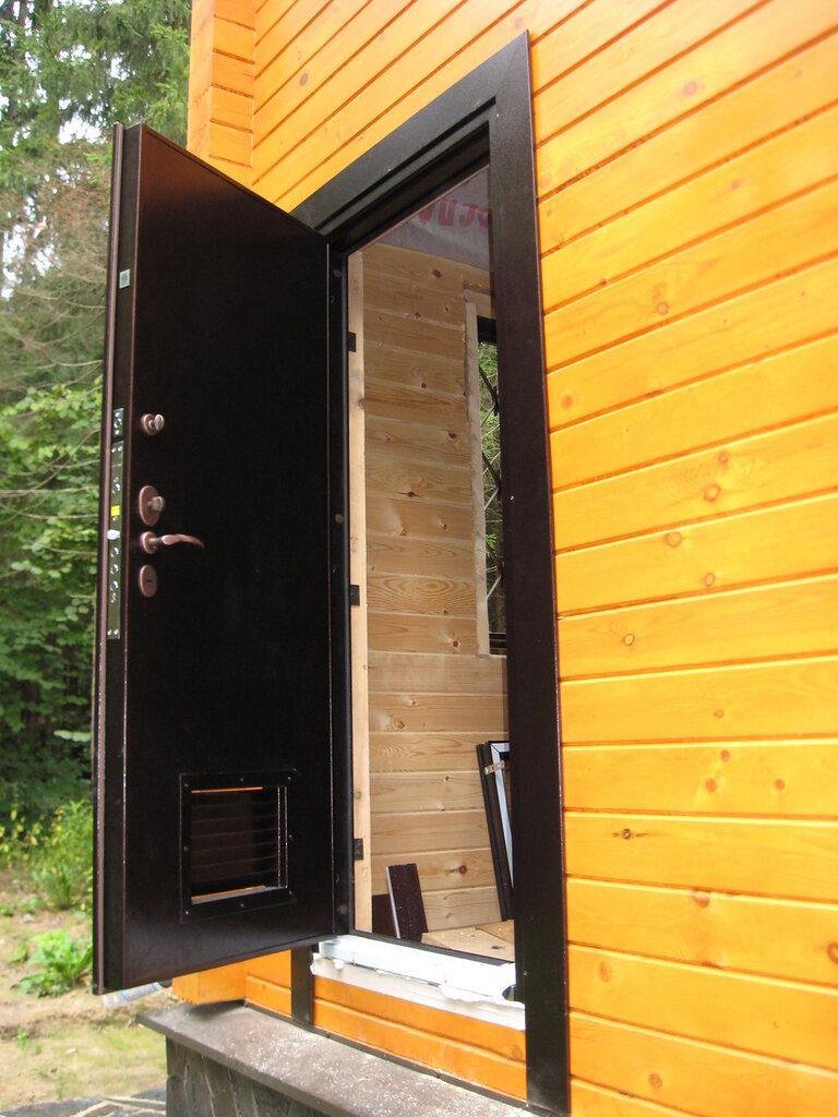 Дверь из металла в доме из бруса