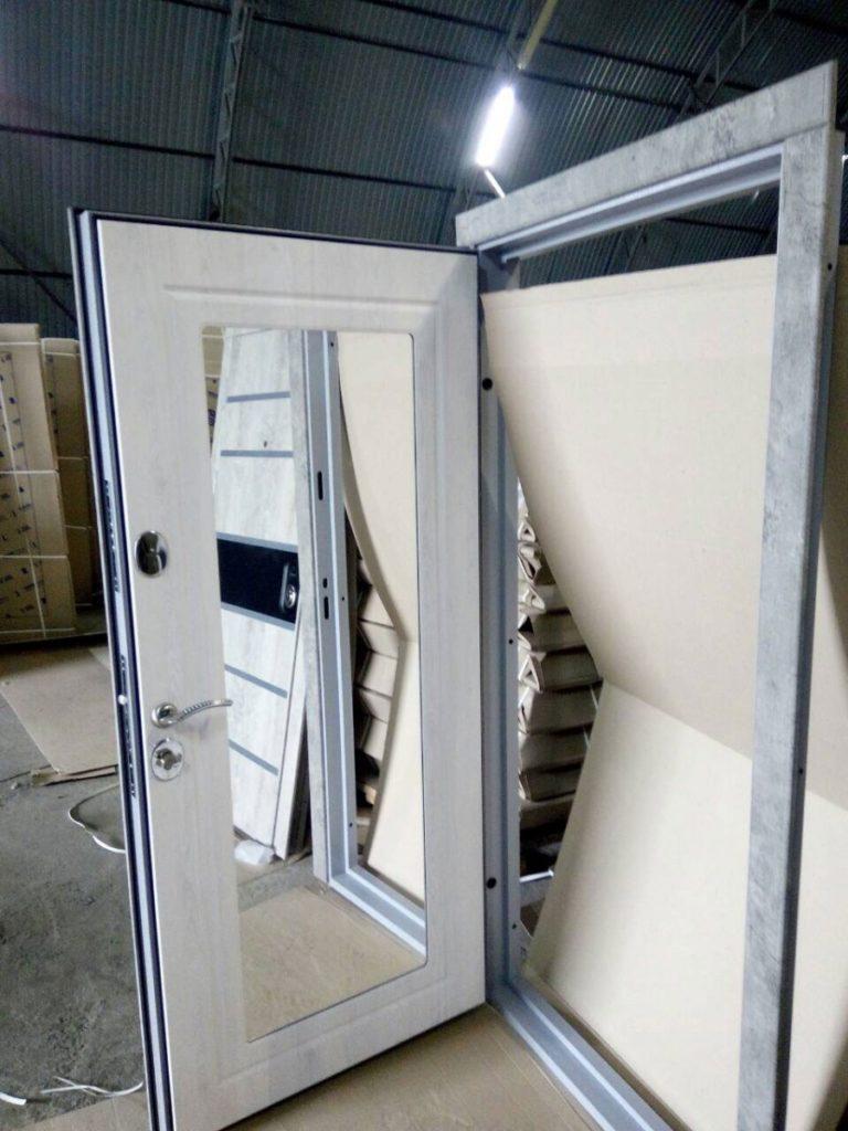 Внешний вид белой двери