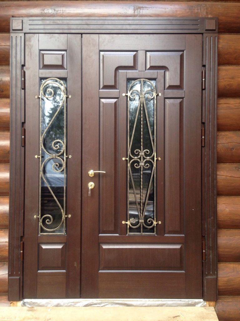 Металлическая дверь со стеклом в деревянном доме