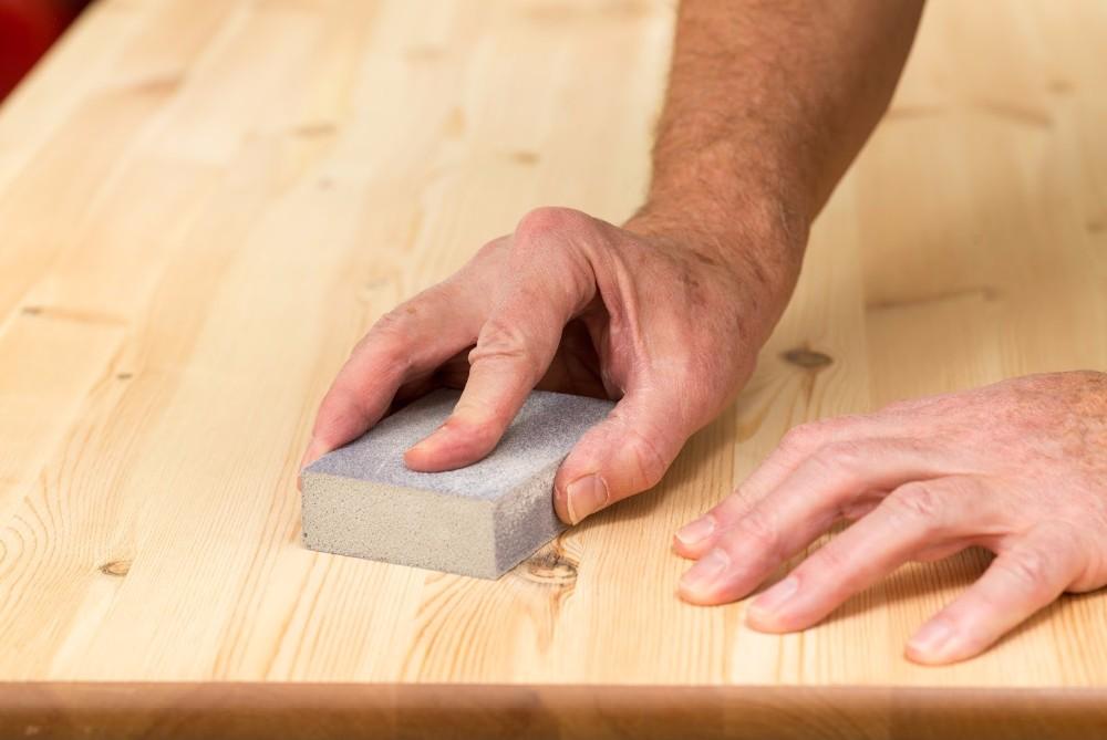 Зачистка деревянной поверхности наждачкой
