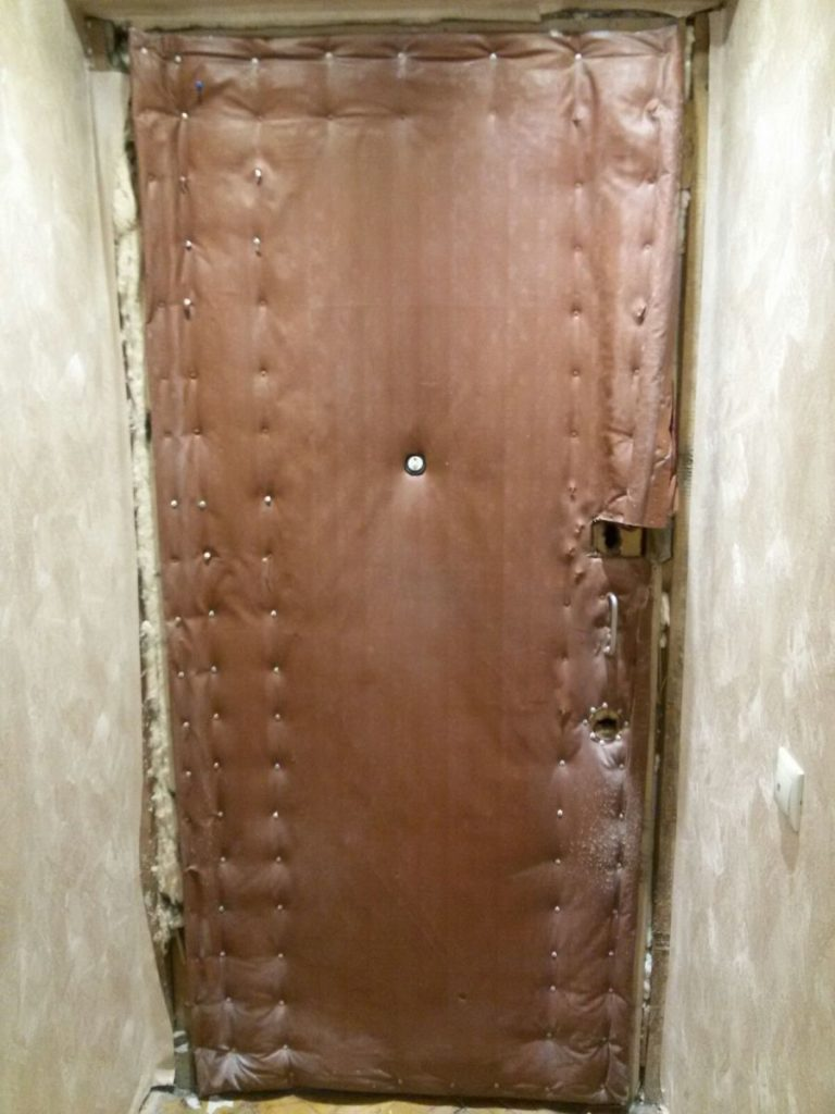 Дверь с изношенной поверхностью из дермантина