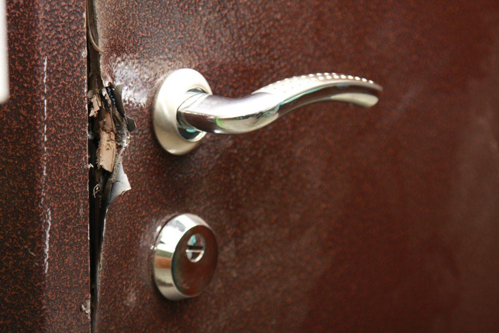 Поврежденная дверь