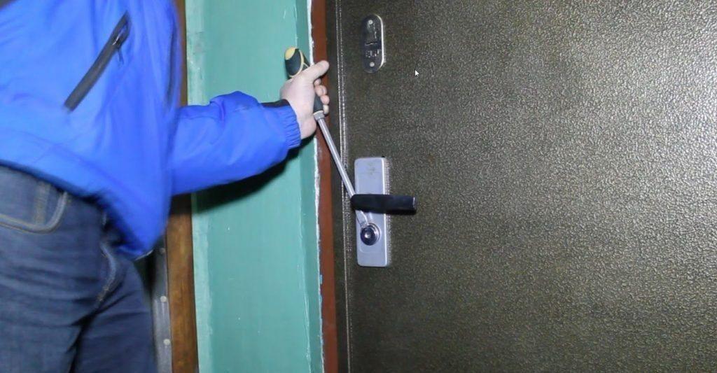 Вскрытие двери клином
