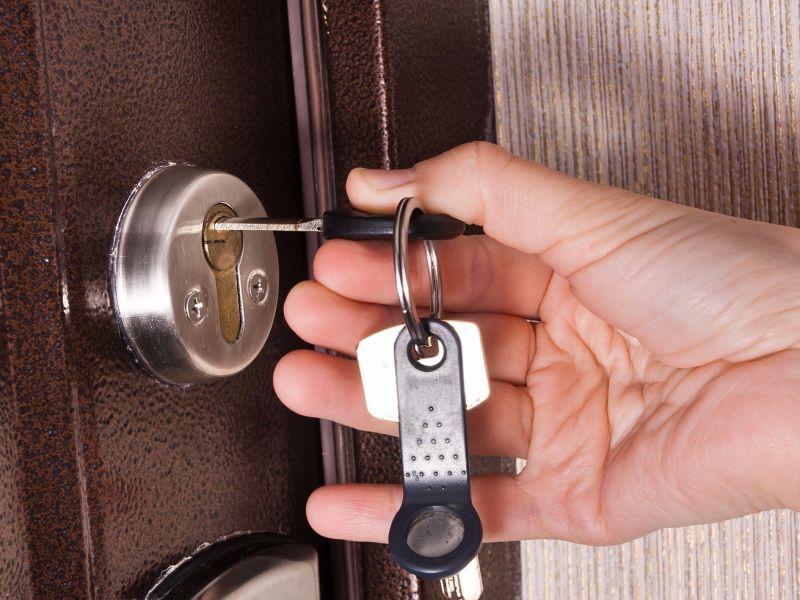 Открытие замка входной двери