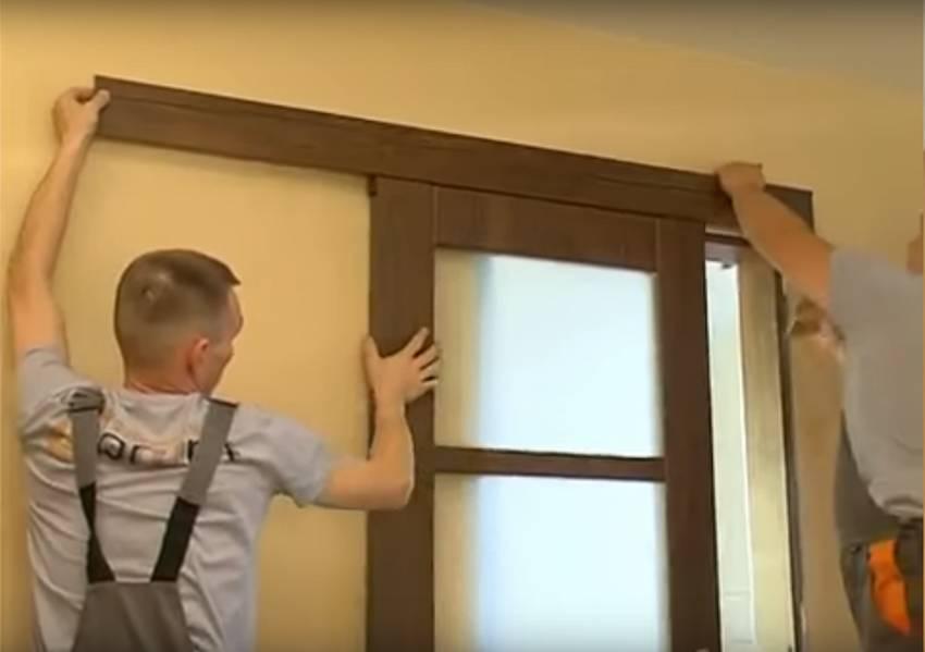 Навешивание полотна раздвижной двери