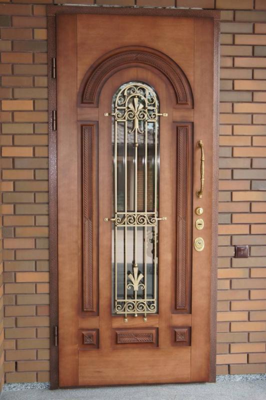 Деревянная дверь со стеклом и ковкой