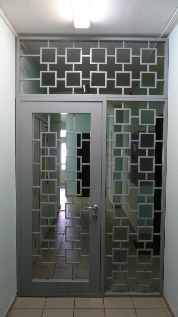 Распашная дверь-решетка
