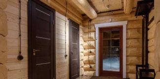Двери внутри деревянного дома