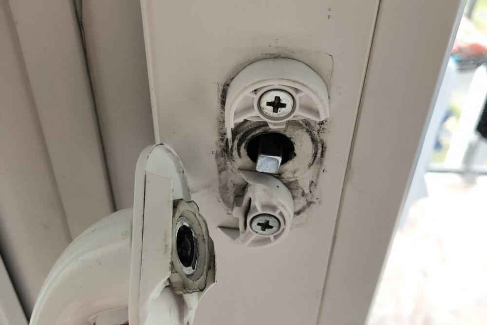 Треснувшая ручка балконной двери