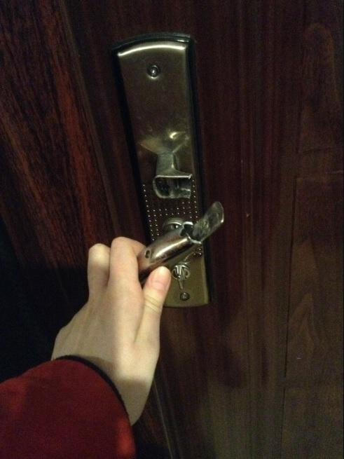 Сломанная дверная ручка