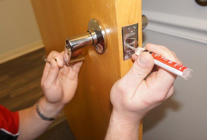 Смазка дверной ручки межкомнатной двери