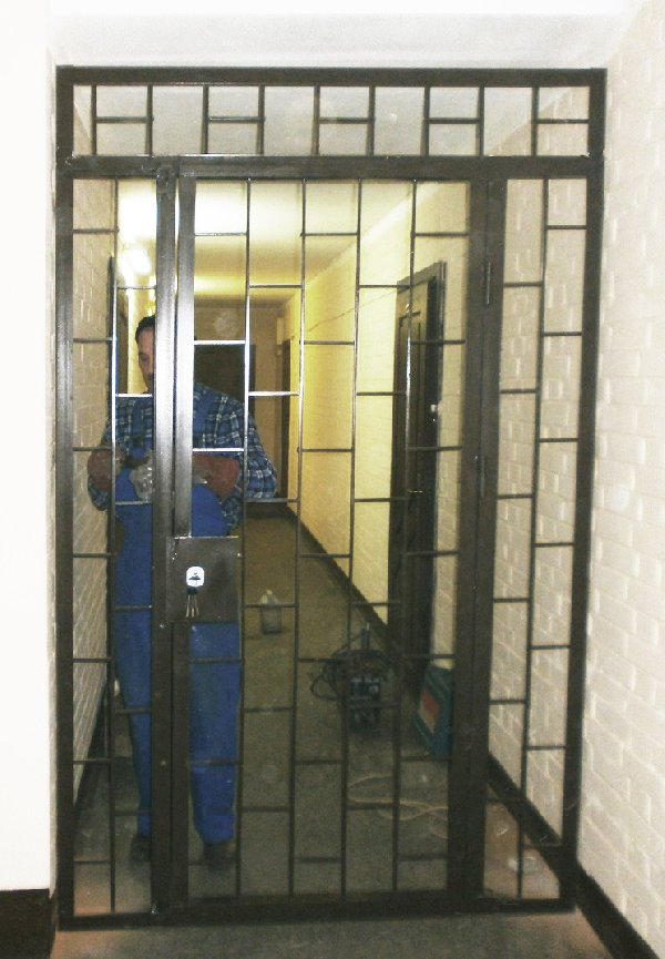 Установка двери в тамбуре