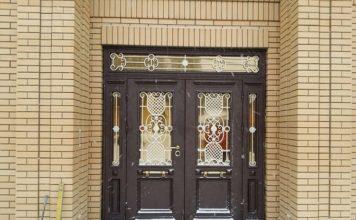 Дверь в коттедже