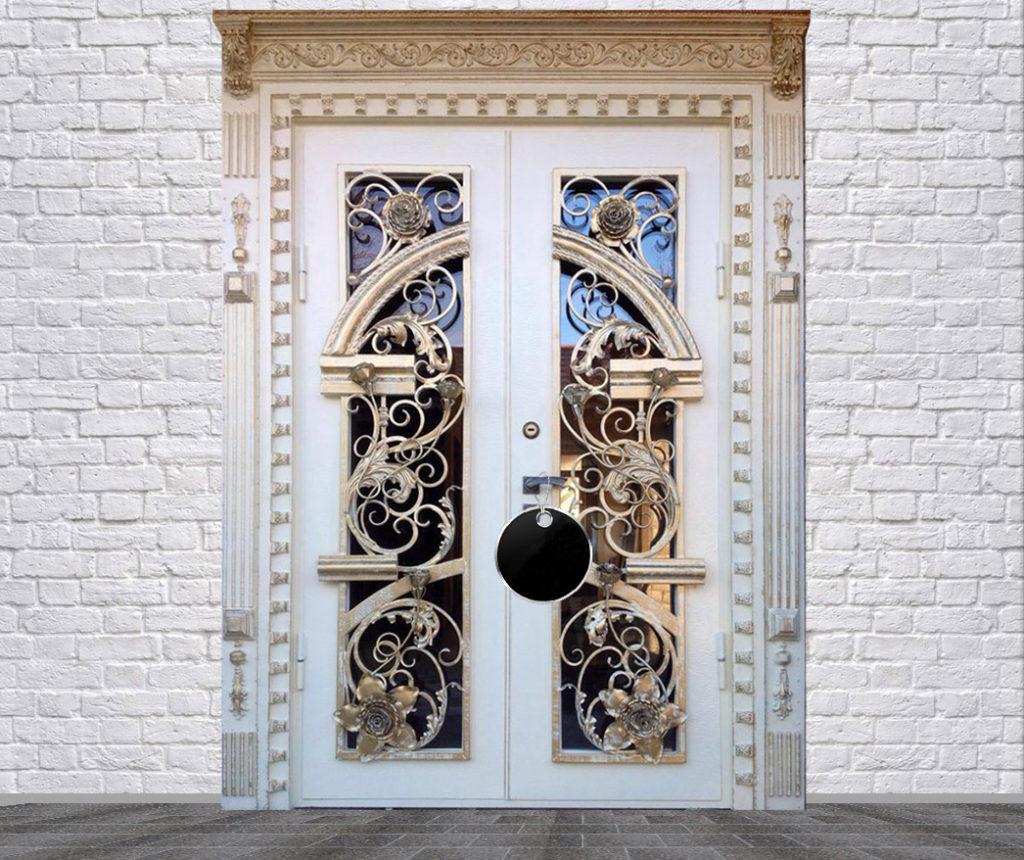 Белая входная дверь с ковкой в коттедже