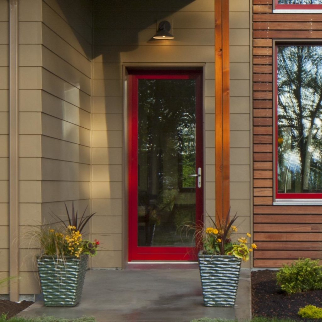 Входная дверь красная