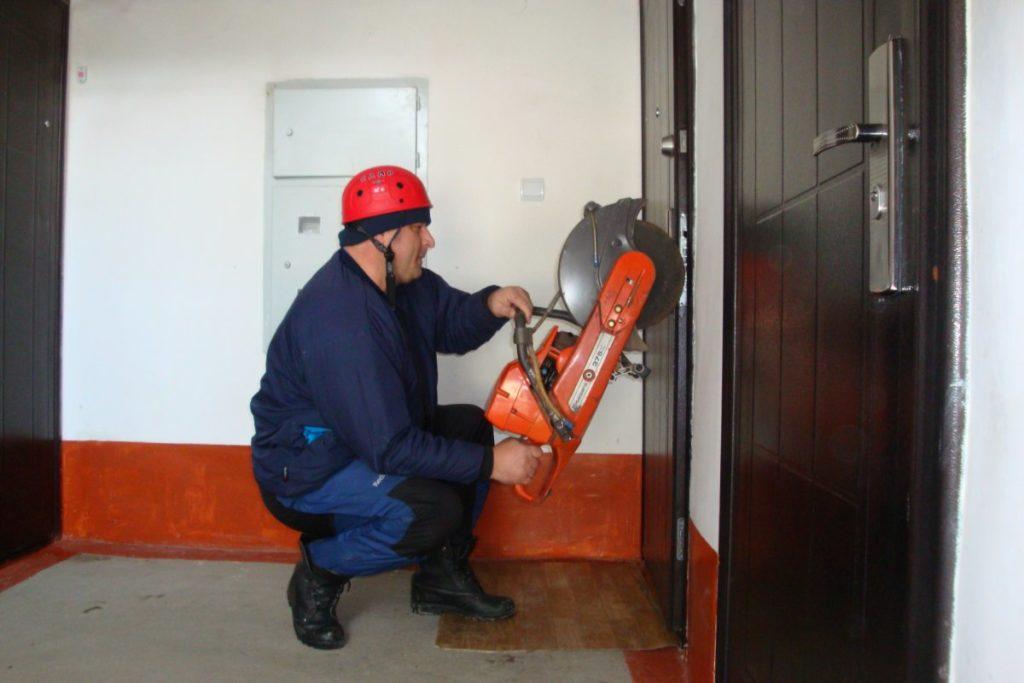 Вскрытие двери болгаркой
