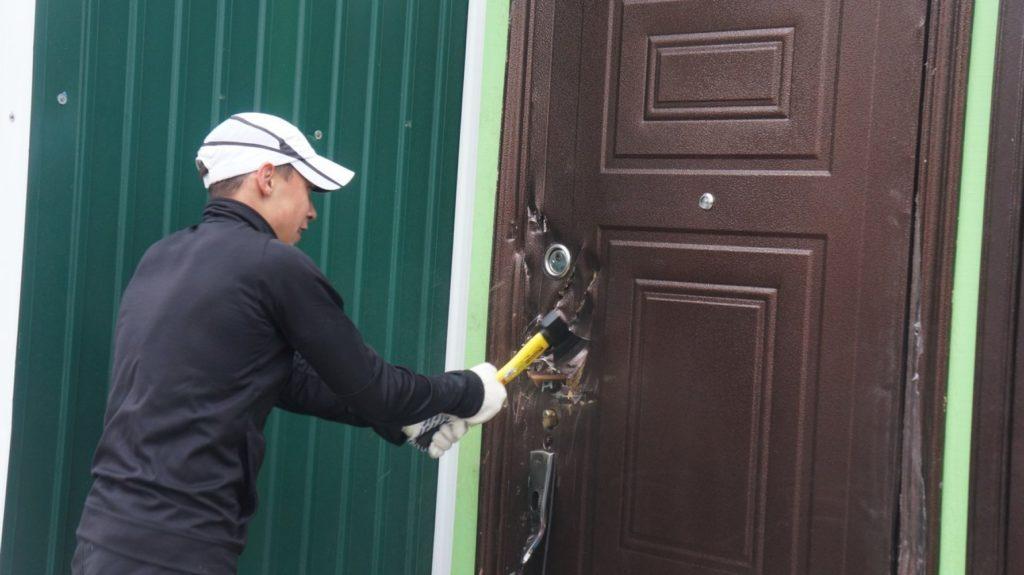 Взлом двери топором