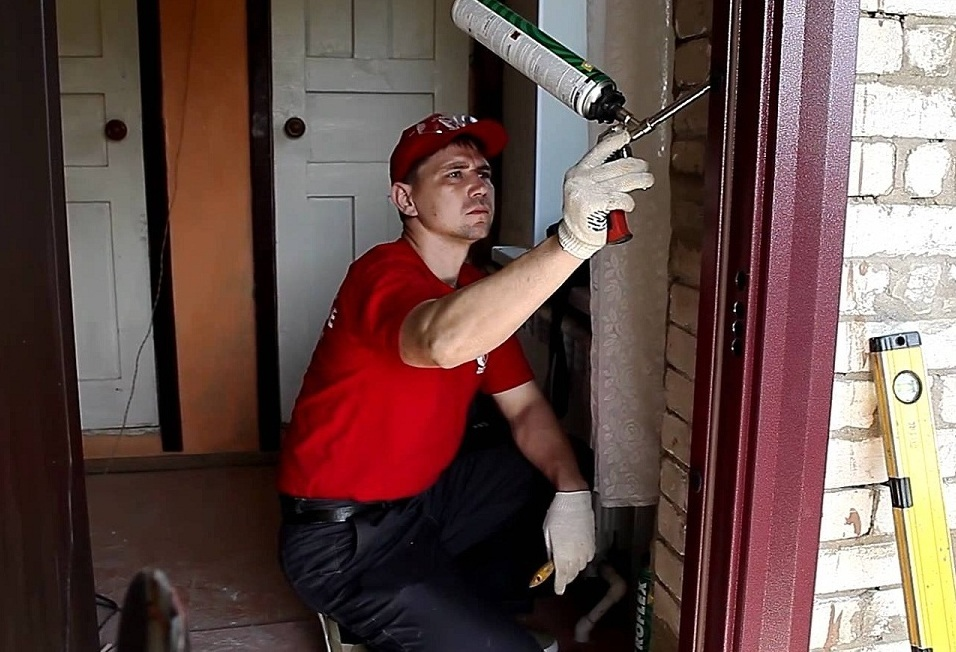 Запенивание коробки входной двери