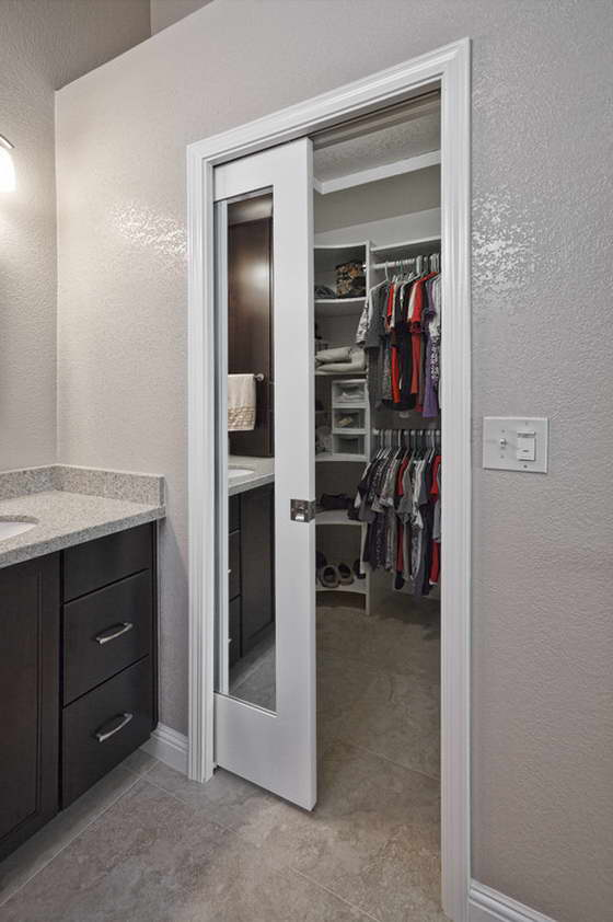 Дверь-пенал в гардеробной