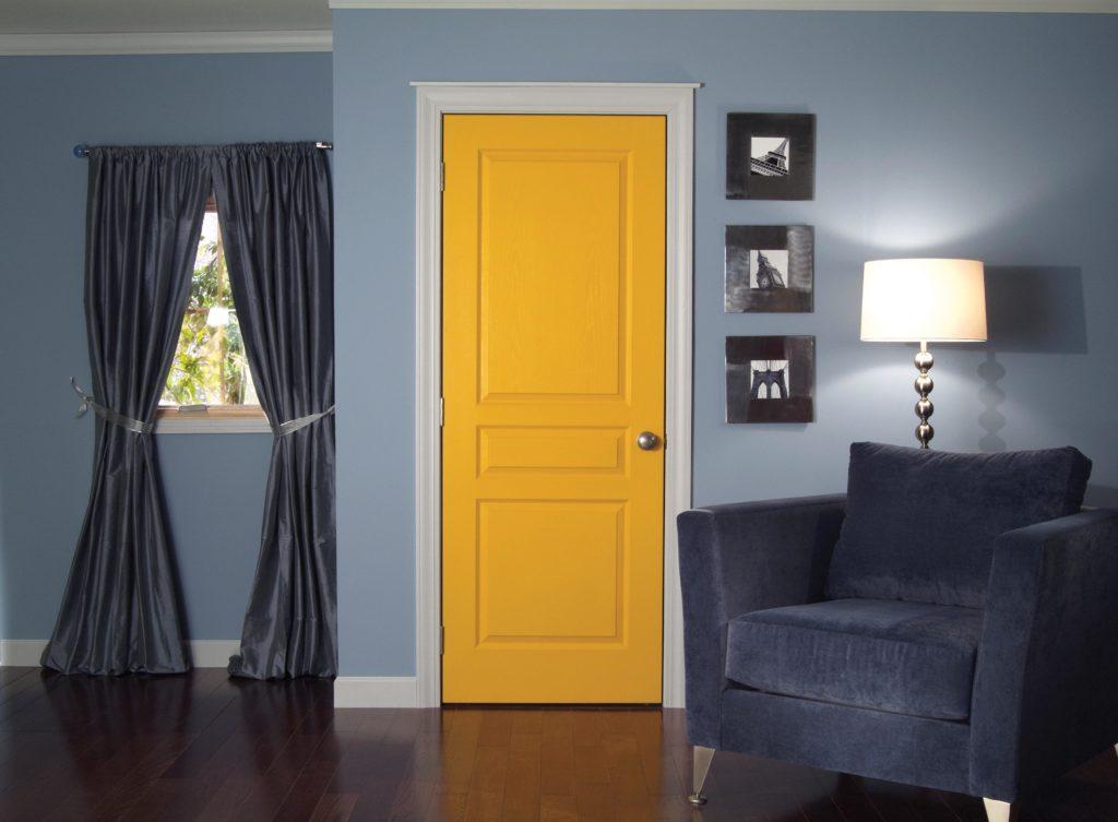 Яркая дверь в интерьере