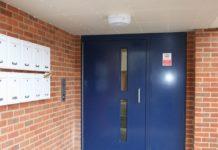 Двери в подъезде
