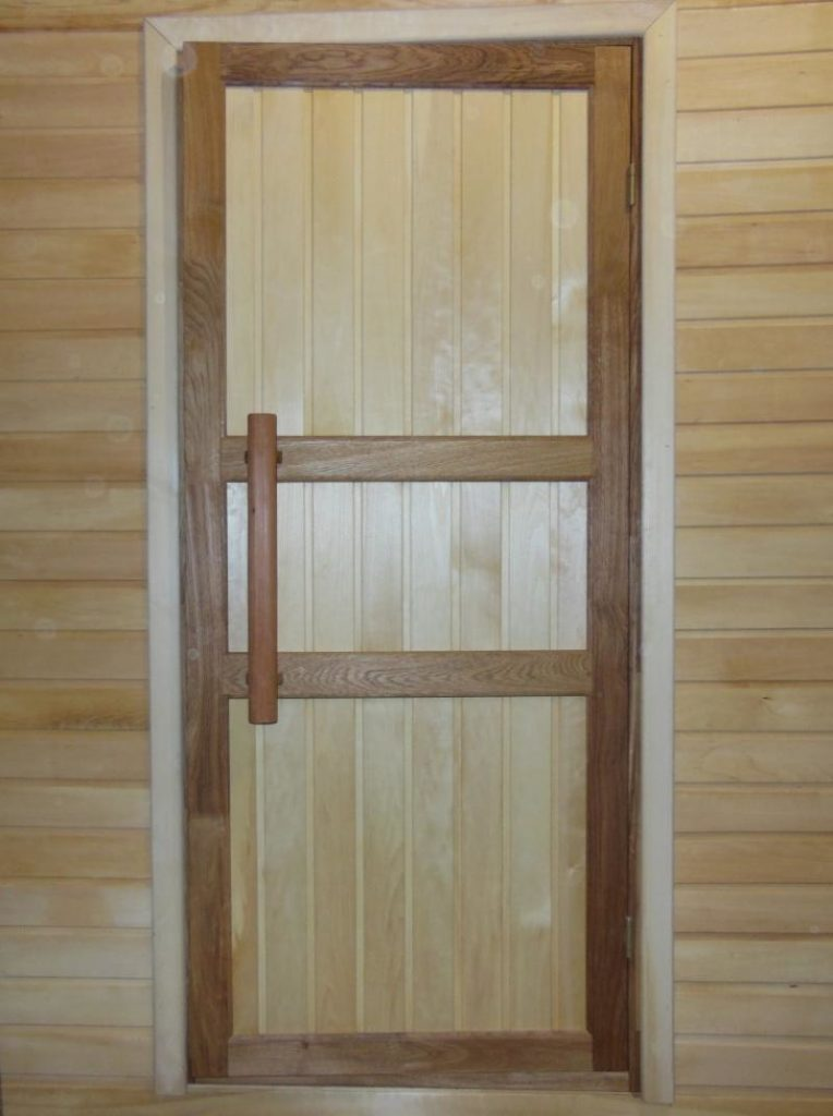 Дверь из дерева для бани