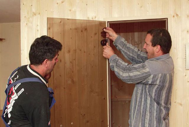 Установка стеклянной двери в парной