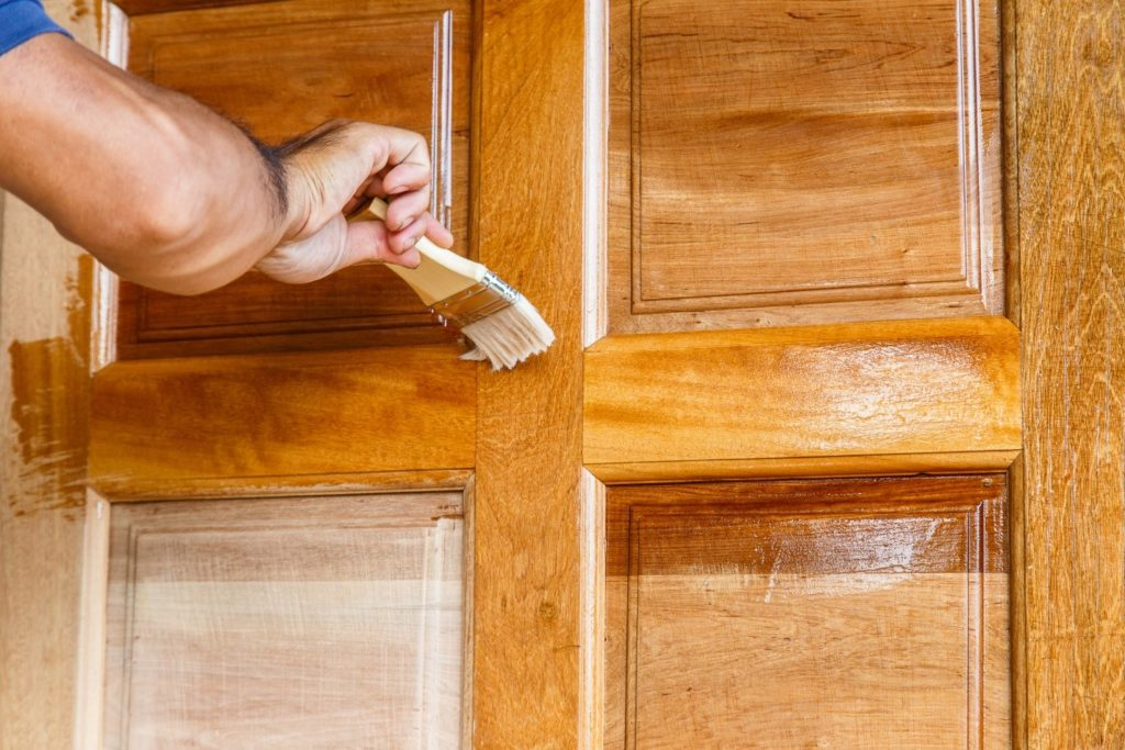 Нанесение морилки на дверь
