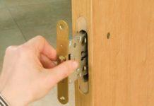 Монтаж замка в деревянной дверное полотно